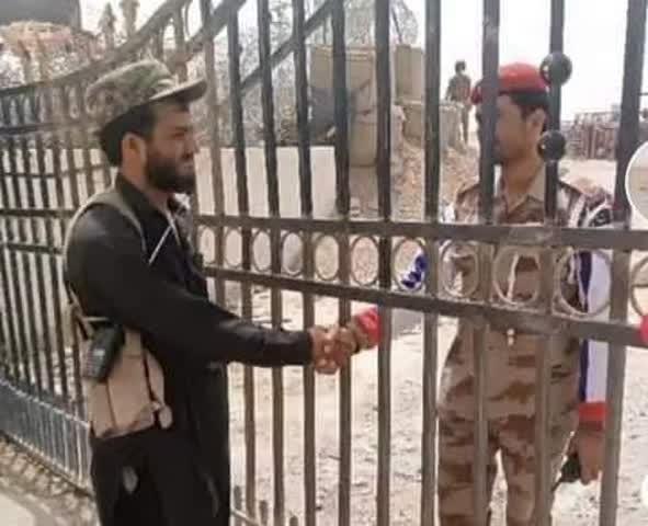 نظامی پاکستانی پولیس طالبان - تصویر/ برخورد صمیمانه نظامیان پاکستانی با پولیس سرحدی طالبان