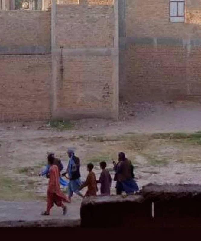 طالب سپر انسانی - تصویر/ استفاده طالبان از اطفال به عنوان سپر انسانی