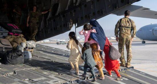 طفل افغان میدان هوایی کابل 550x295 - گزارش یونیسف درباره انتقال اطفال افغان به خارج از افغانستان