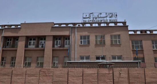 د افغانستان بانک 550x295 - انتقاد باشنده گان کابل از مشكلات حاكم بر سیستم بانکی
