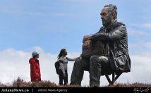 مجسمه مرد نشسته در پارک ملی مورز در کستلتون ریج بریتانیا