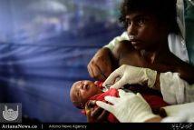 معاینه یک نوزاد ۱۰ روزه در یک مرکز طبی در اردوگاه پناهجویان مسلمان میانماری در بنگلادیش
